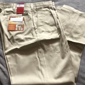 Lee stain resistant pleated men's slacks